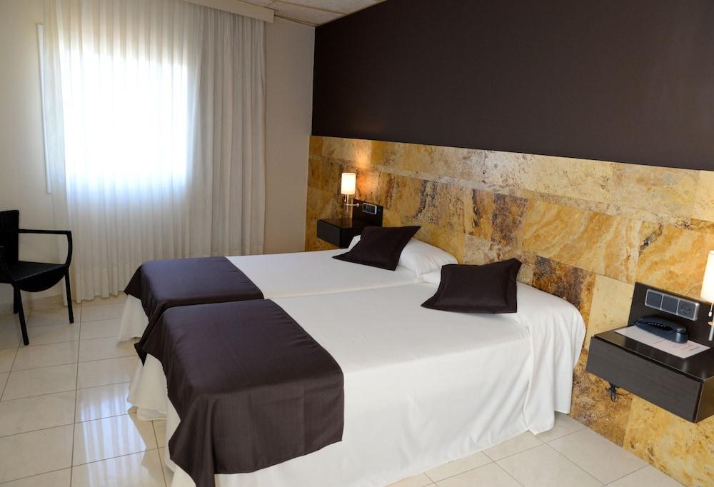 https://i.travelapi.com/hotels/3000000/2050000/2045300/2045207/36d425d4_z.jpg
