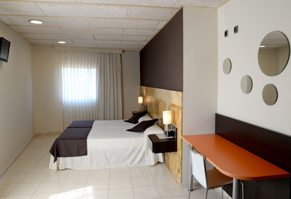 https://i.travelapi.com/hotels/3000000/2050000/2045300/2045207/4bb7c3f1_z.jpg
