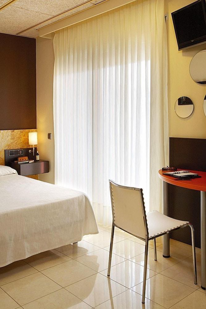 https://i.travelapi.com/hotels/3000000/2050000/2045300/2045207/ce4b9ce7_z.jpg