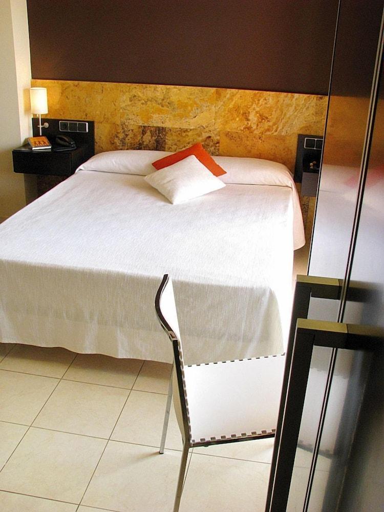 https://i.travelapi.com/hotels/3000000/2050000/2045300/2045207/f5cac65f_z.jpg