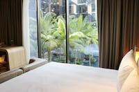 Premier Room, 1 King Bed, Pool View