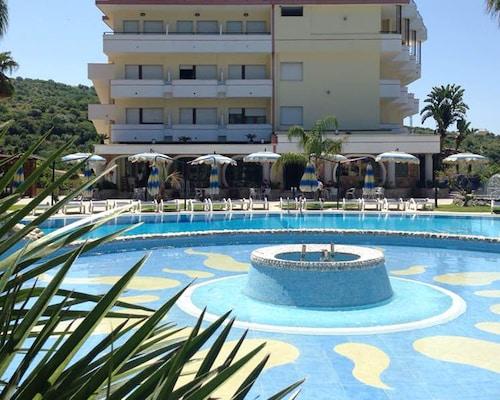 __{offers.Best_flights}__ Cliffs Hotel
