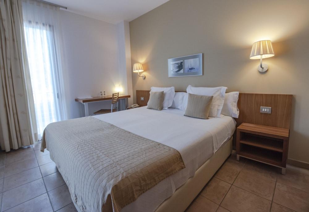 https://i.travelapi.com/hotels/3000000/2100000/2096400/2096333/03708a58_z.jpg