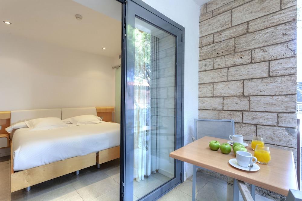 https://i.travelapi.com/hotels/3000000/2100000/2096400/2096333/165e3844_z.jpg