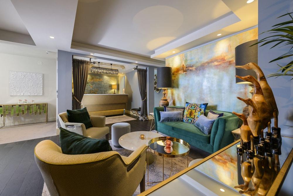 https://i.travelapi.com/hotels/3000000/2140000/2139600/2139554/e596b15b_z.jpg