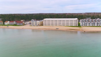Mackinaw Beach & Bay Inn & Suites