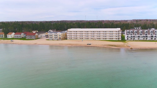 . Mackinaw Beach & Bay Inn & Suites