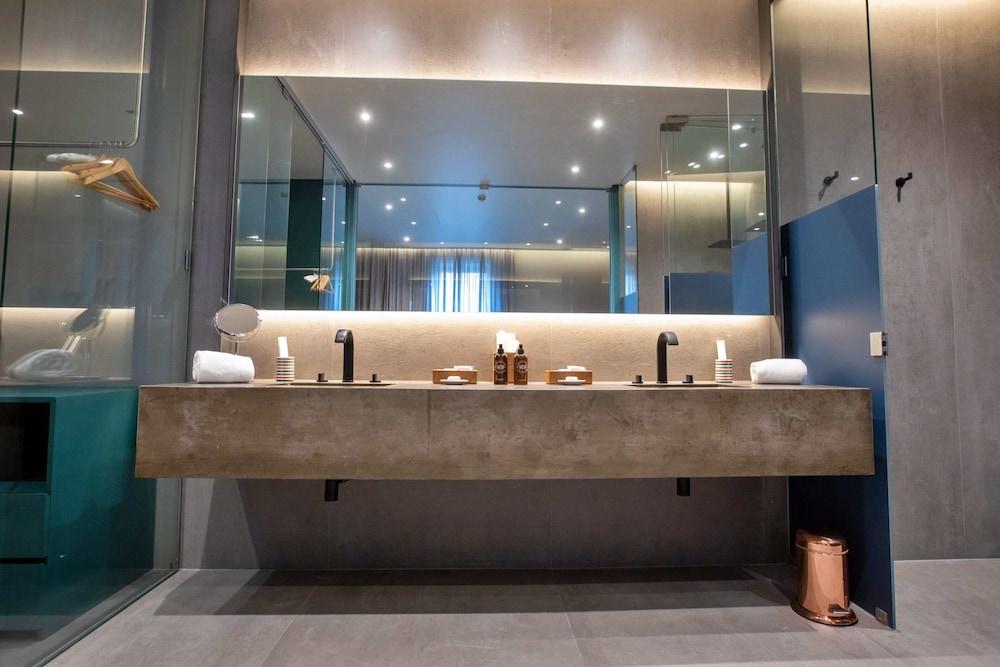https://i.travelapi.com/hotels/3000000/2160000/2159100/2159092/498edce7_z.jpg
