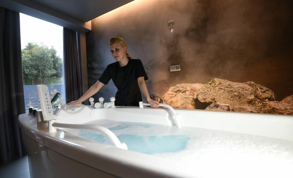 https://i.travelapi.com/hotels/3000000/2160000/2159100/2159092/7ad6af2c_z.jpg