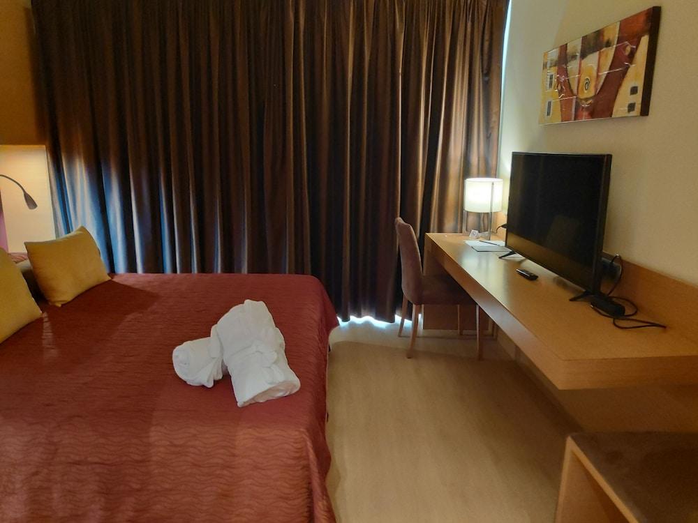 https://i.travelapi.com/hotels/3000000/2170000/2164900/2164802/35b42709_z.jpg
