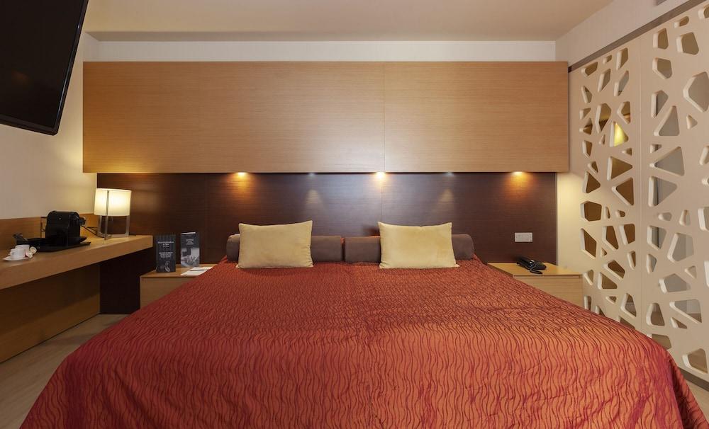 https://i.travelapi.com/hotels/3000000/2170000/2164900/2164802/86e8eaa8_z.jpg
