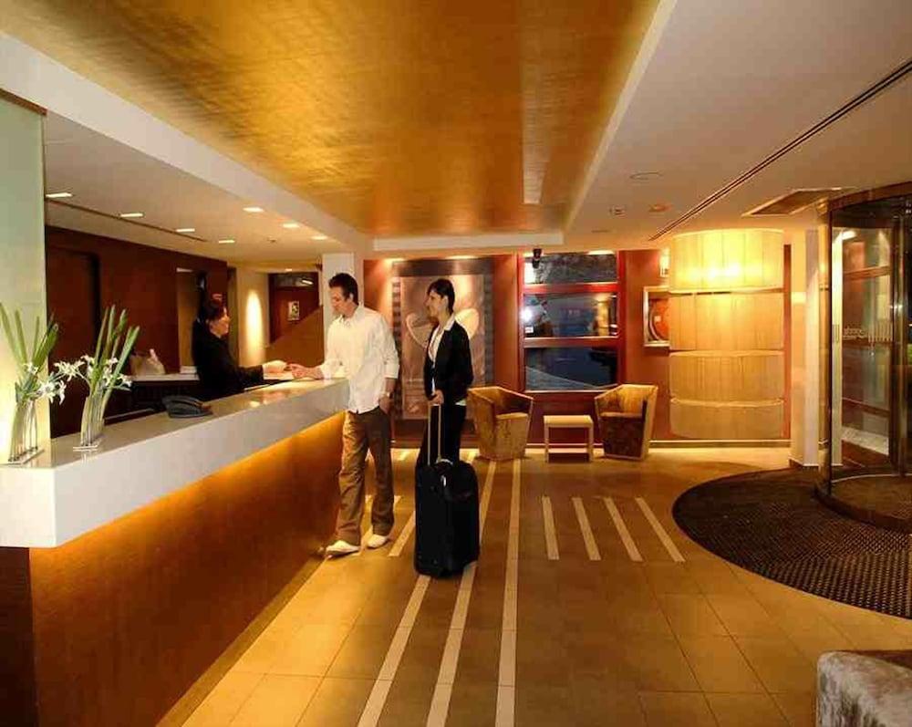 https://i.travelapi.com/hotels/3000000/2170000/2164900/2164802/adeea464_z.jpg