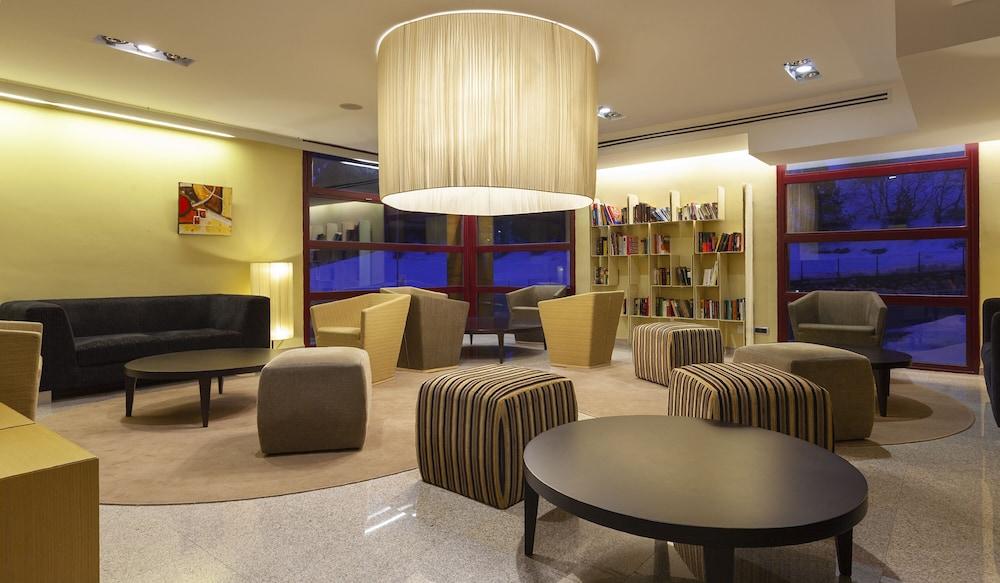 https://i.travelapi.com/hotels/3000000/2170000/2164900/2164802/be401ab4_z.jpg