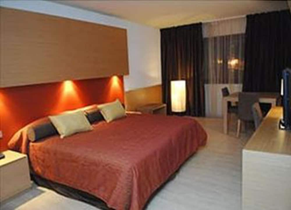 https://i.travelapi.com/hotels/3000000/2170000/2164900/2164802/cf5c8c90_z.jpg