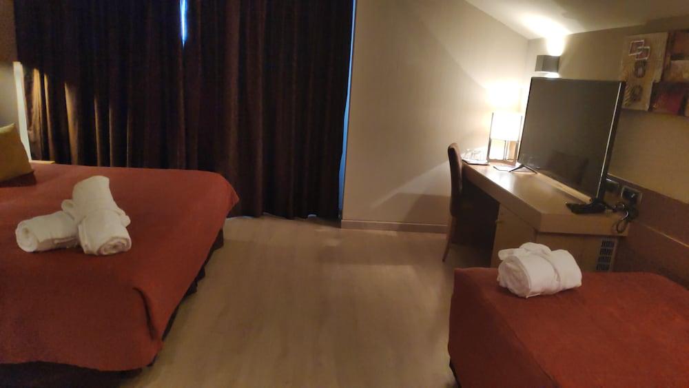 https://i.travelapi.com/hotels/3000000/2170000/2164900/2164802/ec65165f_z.jpg