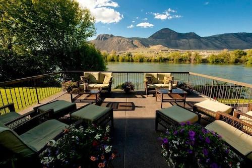 . Riverland Inn & Suites