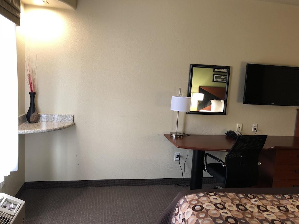 Suite, Multiple Beds, Accessible, Bathtub
