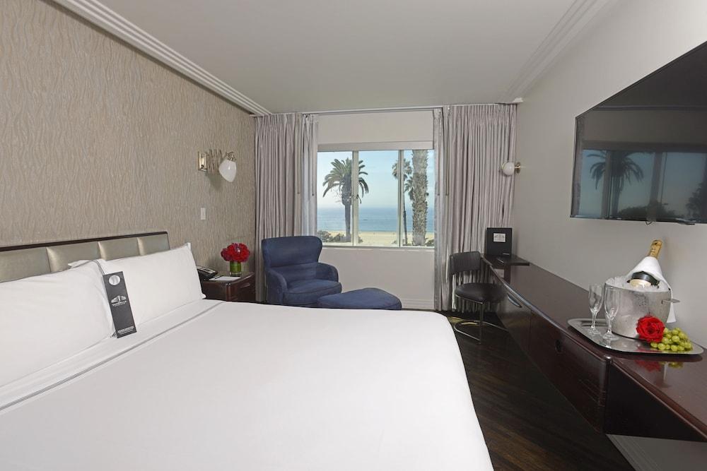 https://i.travelapi.com/hotels/3000000/2180000/2175200/2175155/d5ffd8ff_z.jpg