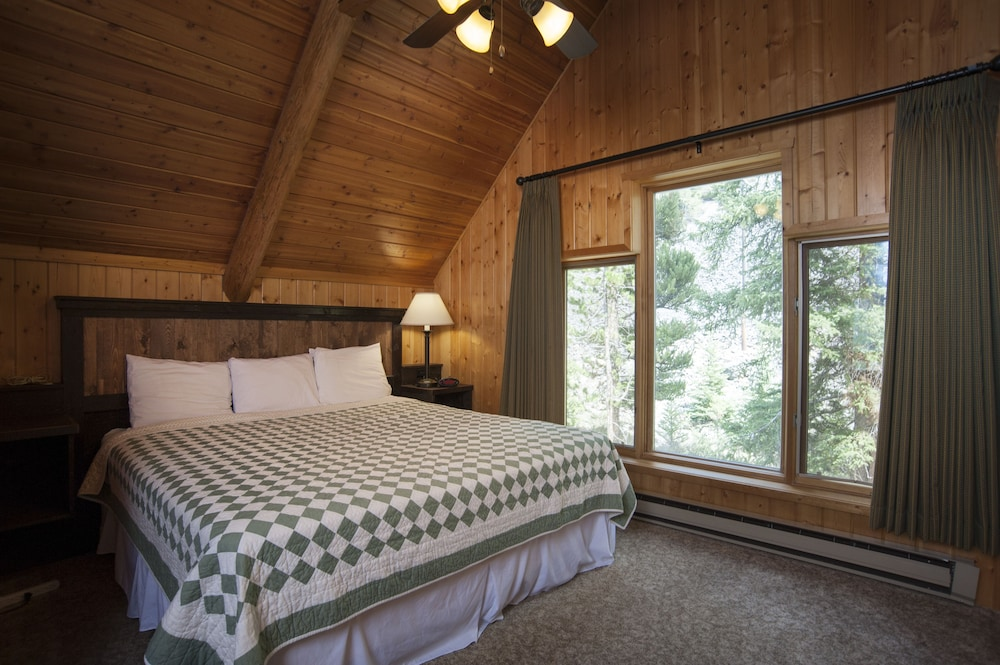 Deluxe One Room Cabin w/ Kitchenette