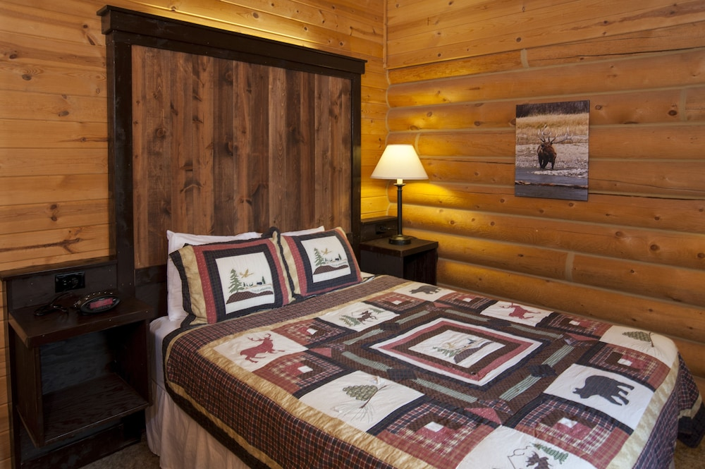 Deluxe One Room Cabin w/ Fireplace