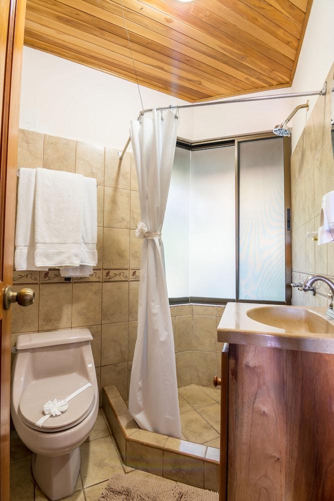https://i.travelapi.com/hotels/3000000/2200000/2191800/2191771/35ac7cca_z.jpg