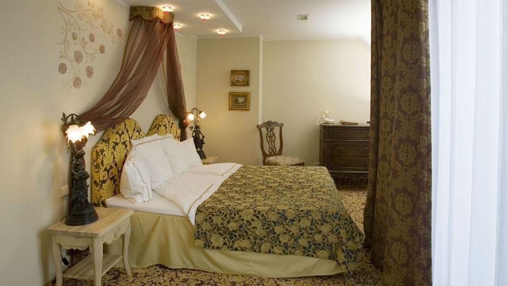 https://i.travelapi.com/hotels/3000000/2200000/2192300/2192292/84e23728_z.jpg