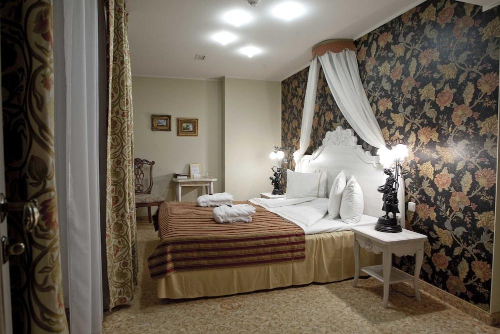 https://i.travelapi.com/hotels/3000000/2200000/2192300/2192292/dd27408e_z.jpg