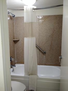 Econo Lodge Thomasville - Bathroom  - #0