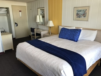 Upper Bayside Room w/ Balcony, $50 Dinner Voucher incld