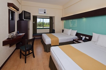 Microtel Inn & Suites by Wyndham Cabanatuan Guestroom