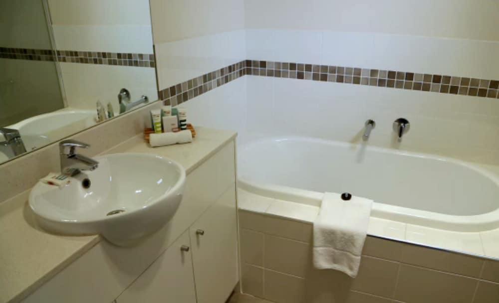 머큐레이 쿠인다 워터스 센트럴 코스트(Mercure Kooindah Waters Central Coast) Hotel Image 13 - Bathroom