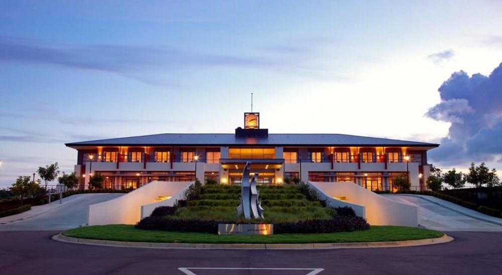 머큐레이 쿠인다 워터스 센트럴 코스트(Mercure Kooindah Waters Central Coast) Hotel Image 40 - Hotel Front - Evening/Night