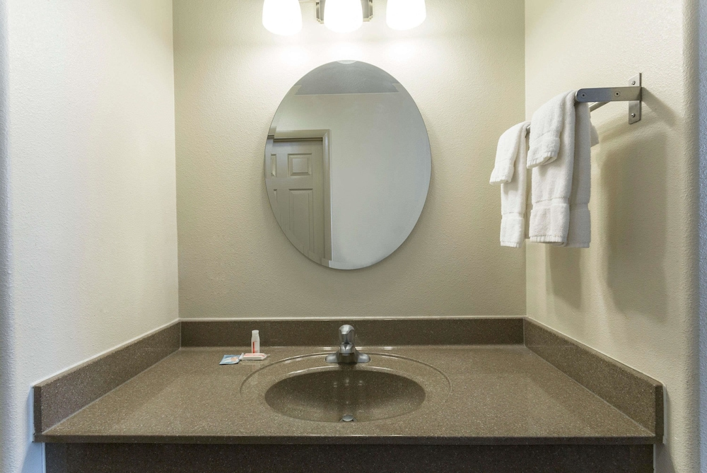 데이즈 인 바이 윈덤 비버(Days Inn by Wyndham Beaver) Hotel Image 13 - Bathroom