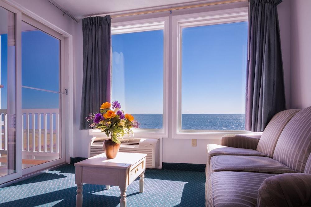 https://i.travelapi.com/hotels/3000000/2220000/2210600/2210582/a82c1c14_z.jpg