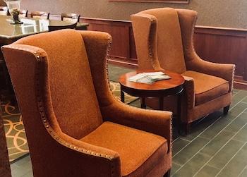 Lobby Sitting Area at Hampton Inn & Suites Chesapeake-Battlefield Boulevard in Chesapeake