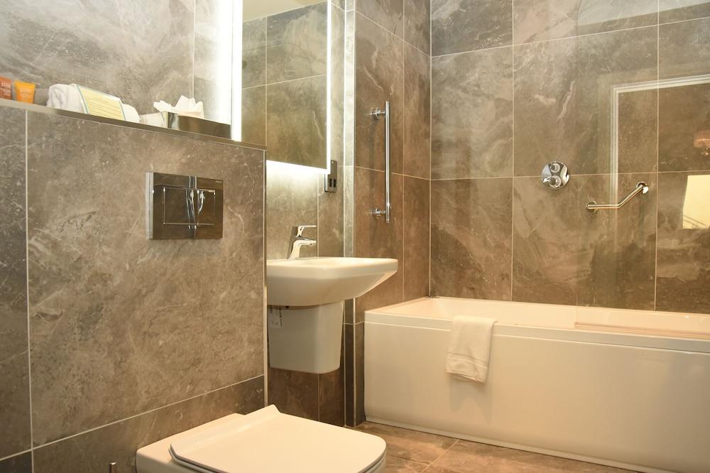 https://i.travelapi.com/hotels/3000000/2230000/2222600/2222502/7c6532af_z.jpg