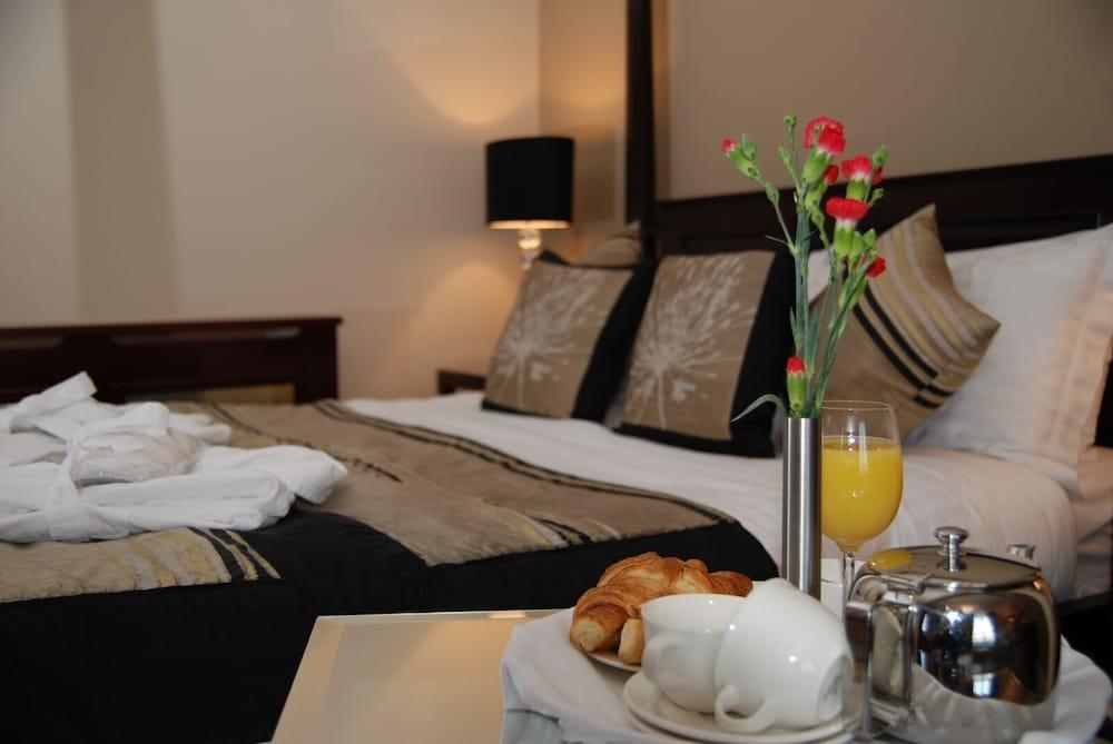 https://i.travelapi.com/hotels/3000000/2230000/2222600/2222502/af23677e_z.jpg
