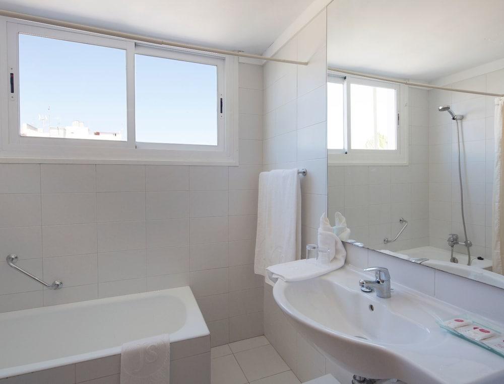 JS 솔데칸 피카포트 - 어른 전용(JS Sol de Can Picafort - Adults Only) Hotel Image 6 - Bathroom