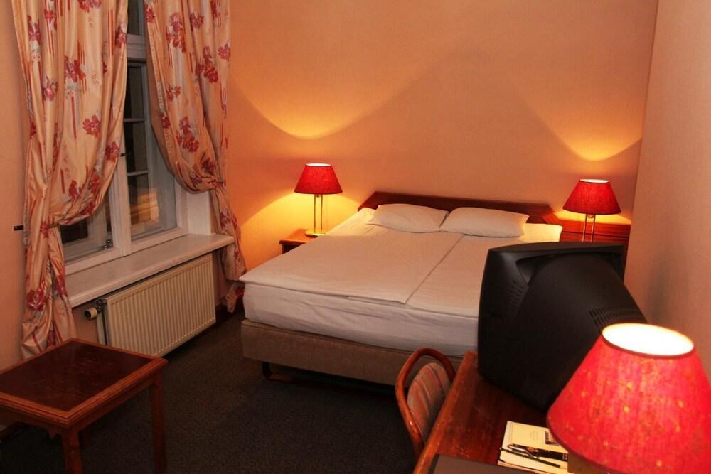 https://i.travelapi.com/hotels/3000000/2240000/2239600/2239572/1974b3ba_z.jpg