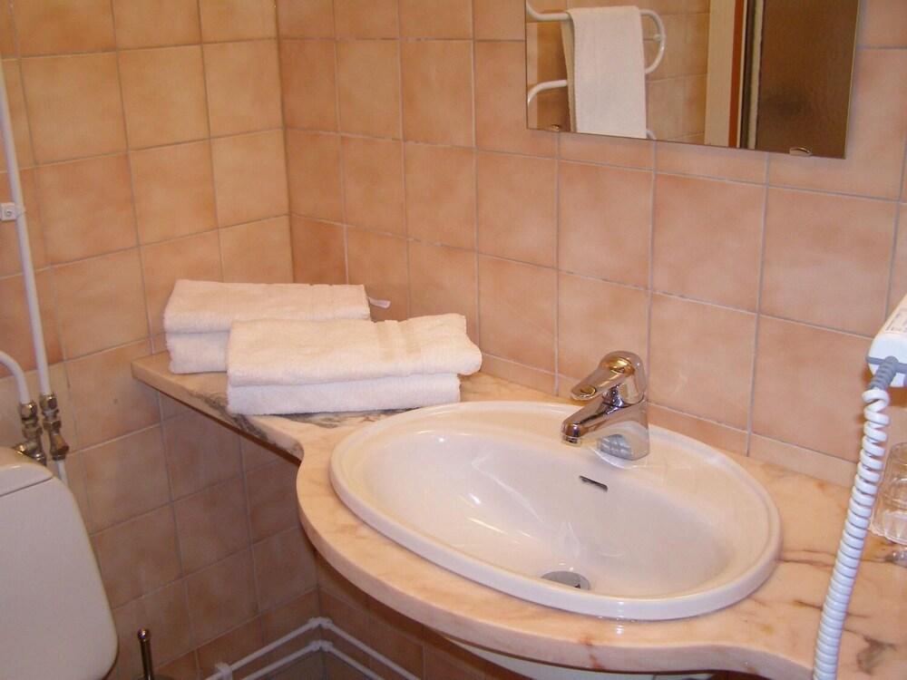 https://i.travelapi.com/hotels/3000000/2240000/2239600/2239572/8aa094de_z.jpg