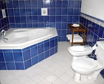 Las Flores Country & Beachside Hotel Cebu Bathroom