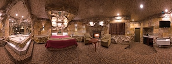 Cave Theme Suite with Jacuzzi & Fireplace
