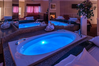 Honeymoon Romantic Suite with Oval Shape Jacuzzi & Fireplace
