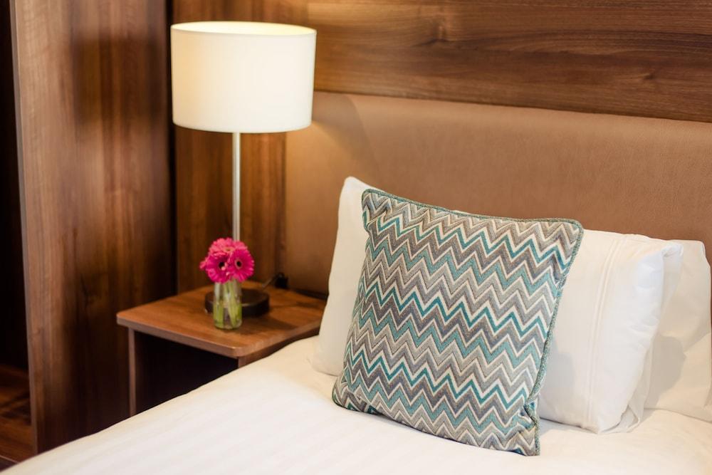 https://i.travelapi.com/hotels/3000000/2270000/2264100/2264038/e21a795b_z.jpg
