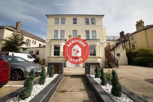 . OYO Eagle House Hotel