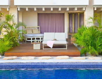 Swim Up Suite W/ Private Garden