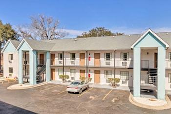 Hotel Front at Savannah Garden Hotel in Savannah