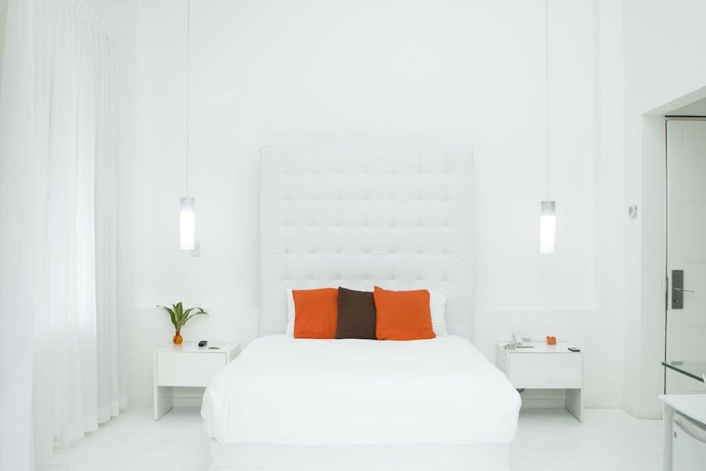 https://i.travelapi.com/hotels/3000000/2290000/2281400/2281332/3c313393_z.jpg