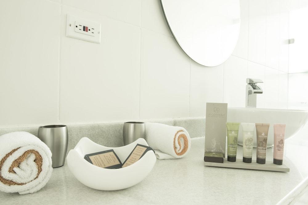 https://i.travelapi.com/hotels/3000000/2290000/2281400/2281332/ac59daba_z.jpg