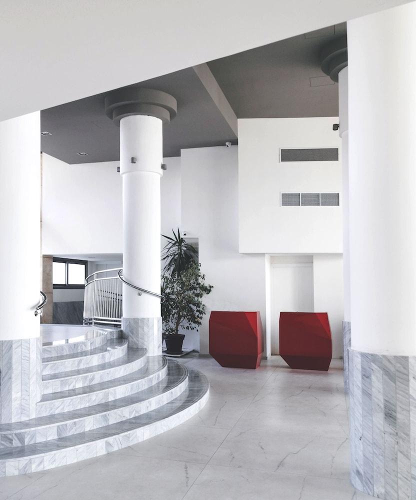 https://i.travelapi.com/hotels/3000000/2300000/2290500/2290462/02d3c2a4_z.jpg